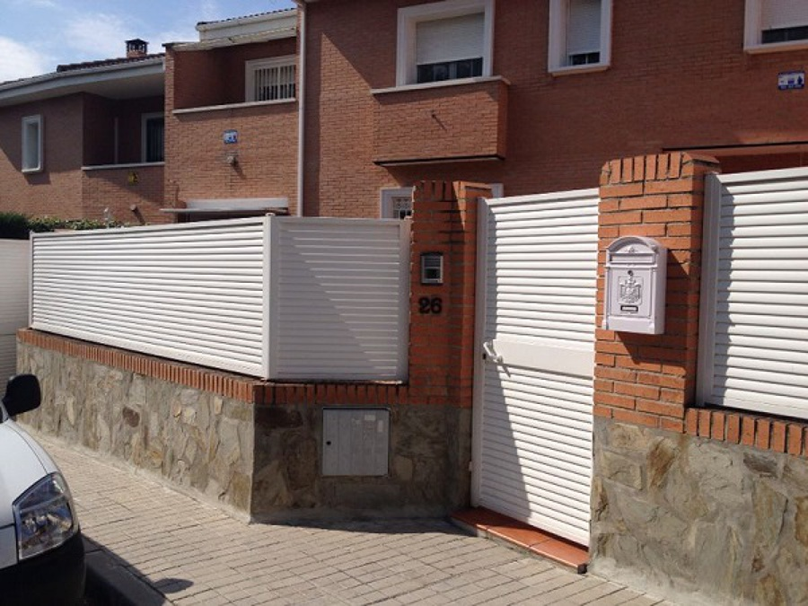 Foto cerramiento valla y puerta chalet madrid de metalix - Vallas para chalets ...