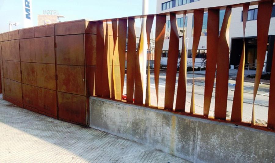 Foto puerta y valla acero corten para sanitas de metalix for Acero corten perforado oxidado