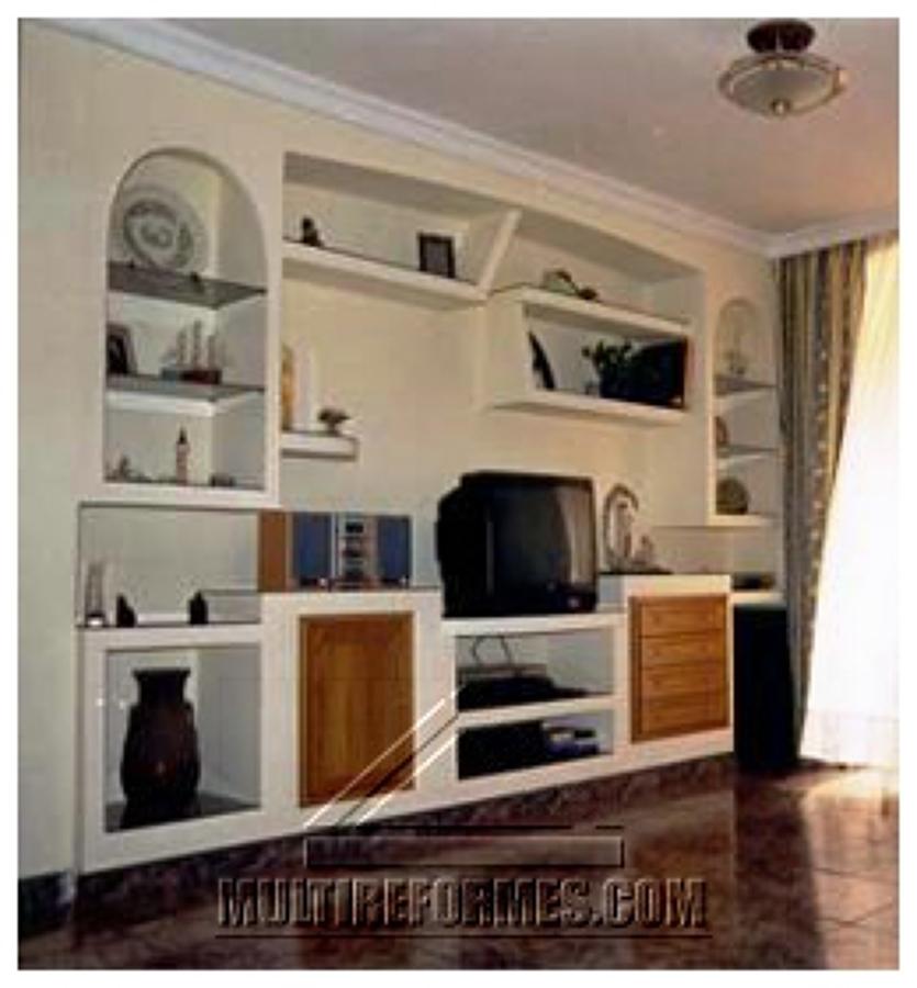 Foto mueble de pladur con puertas de madera de escayolas for Muebles de pladur para salon
