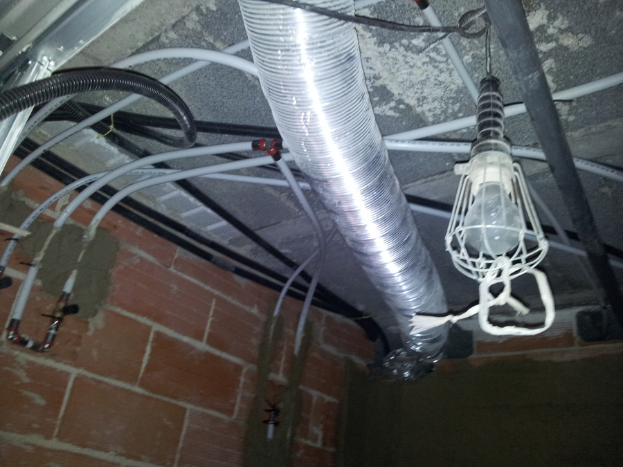 Foto nuva instalacion de fontaneria del ba o con tubo for Tubos de fontaneria