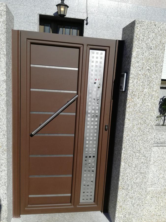 Puerta peatonal de aluminio soldado y inox