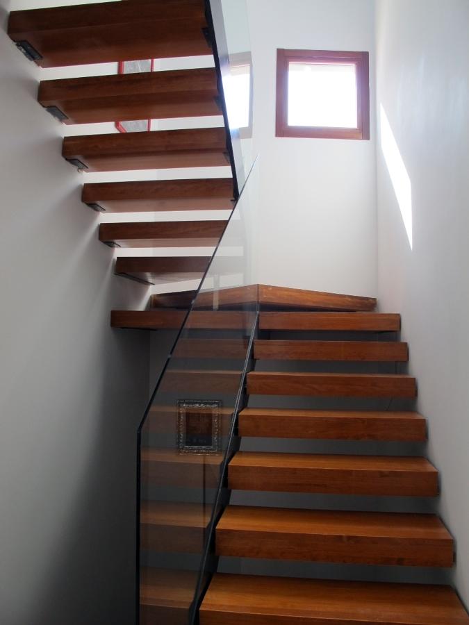 Foto obra nueva unifamiliar haro escalera madera de - Escaleras de interior de obra ...