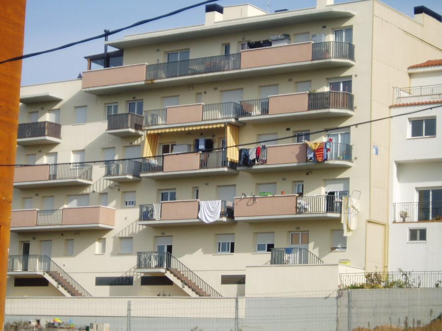 Edificio residencial plurifamiliar entre medianeras en Blanes. 17 viviendas y garajes. Año 2005