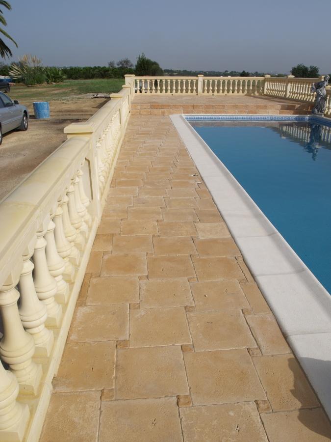 Terraza, piscina y balaustrada