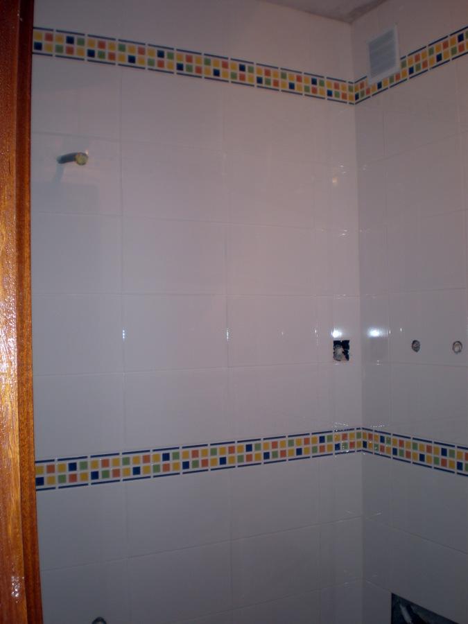 Foto pared de ba o con doble cenefa de corema - Cenefas de vinilo para banos ...