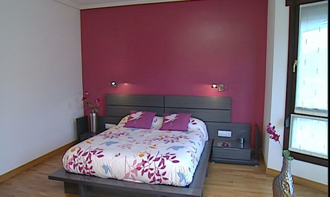 Foto pared de cabecero de cama decorada de pintura y - Decoracion de pintura en paredes ...