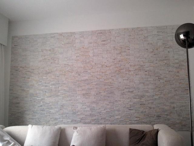 Foto pared de piedra natural blanca de reformas dani for Decoracion para pared blanca