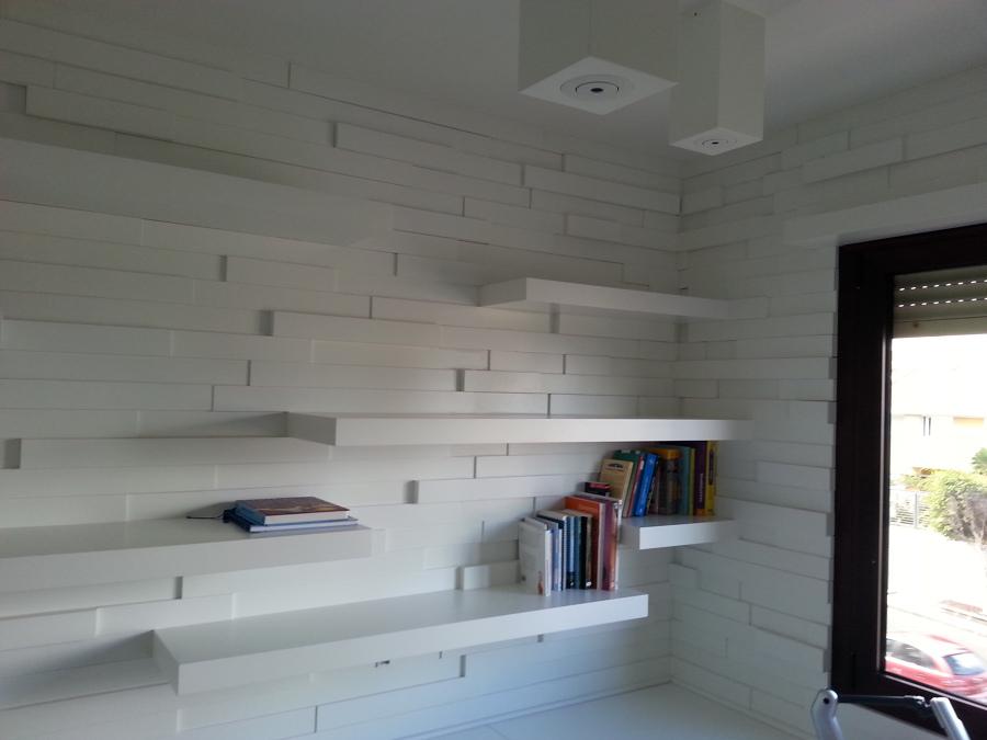 Foto pared panelado de madera lacado en blanco de - Panelado de paredes ...