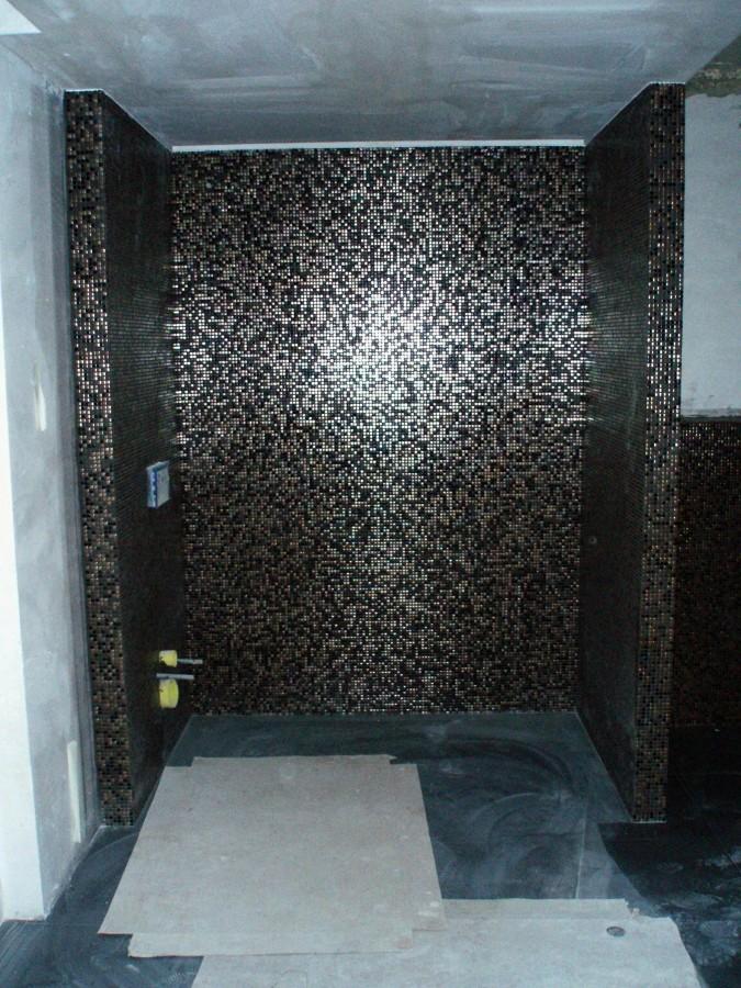 Foto pared plato ducha con gresite de construcciones for Llave de ducha pared