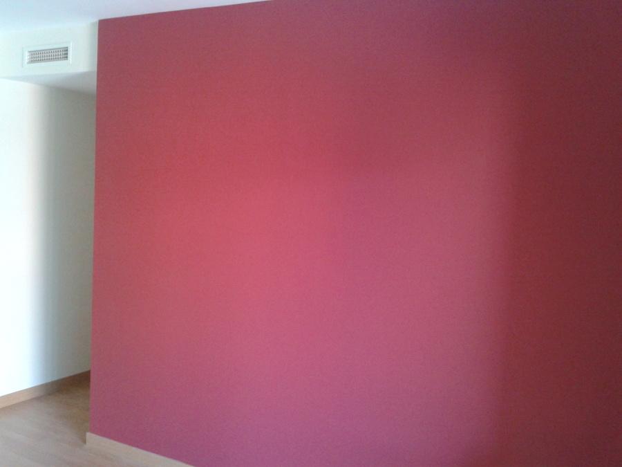 Foto pared roja en sal n para mueble de televisi n de - Muebles en crudo sevilla ...
