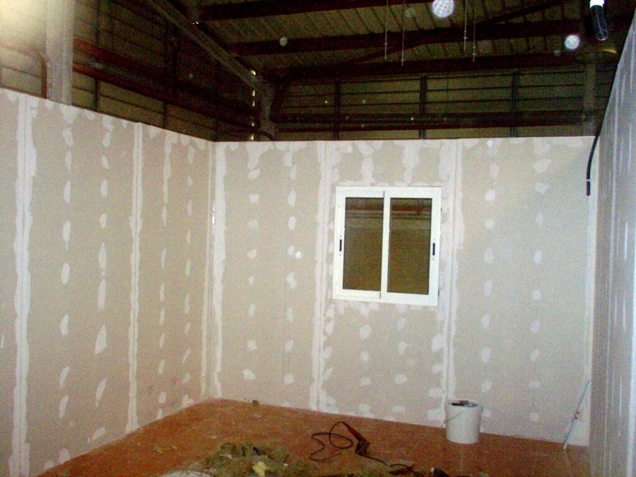 paredes montadas divisorias con ventana instalada