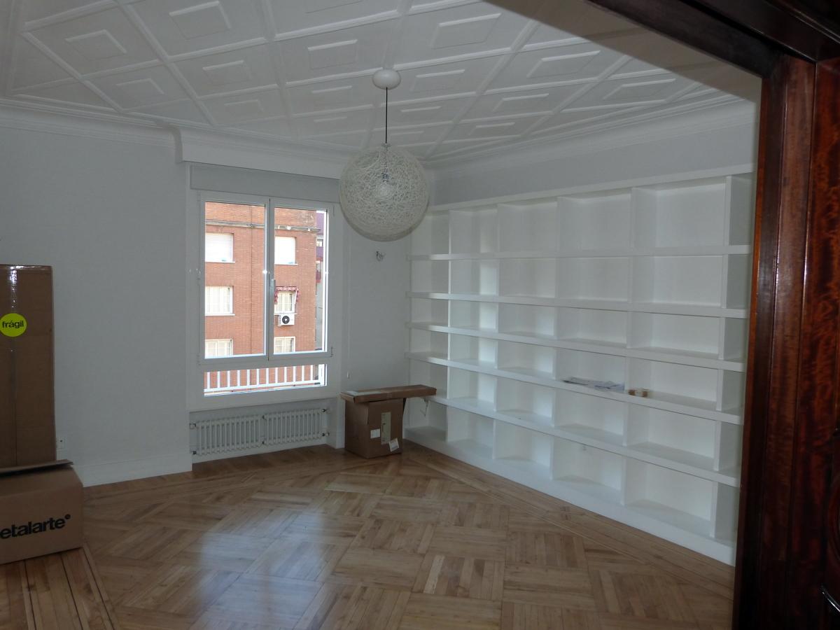 Foto parquet estanterias lacadas en blanco dm de - Estanterias metalicas en cordoba ...