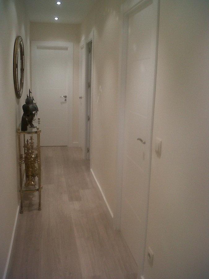 Foto parquet flotante gris claro y puertas lacadas for Puertas y parquet