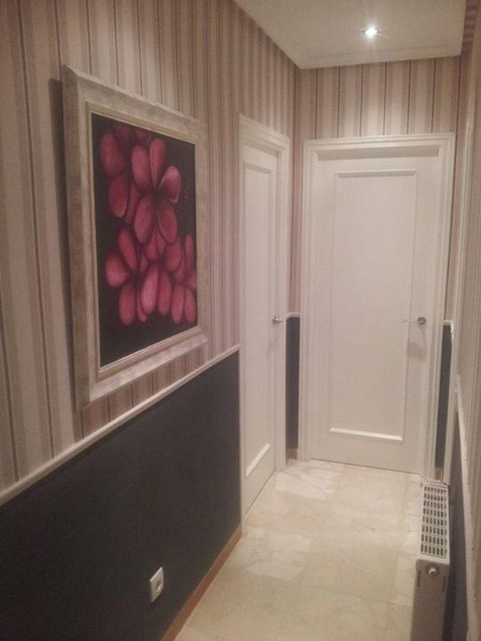 Foto parte superior papel pintado zocalo imitacion a piedra color pizarra y lacado de puertas - Papel pintado para puertas ...