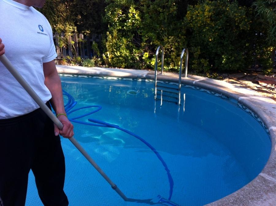 foto limpieza fondo piscina de poder servicios globales