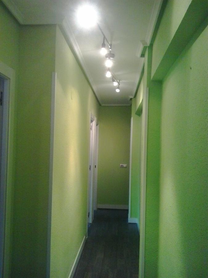 Foto pasillo en dos colores de pintura decorativa i r - Pintar pasillo moderno ...