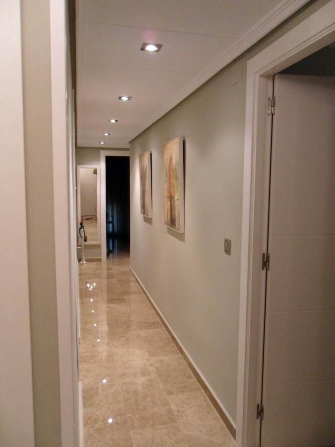 El in genio de las l mparas c mo iluminar el pasillo - Focos empotrados techo ...