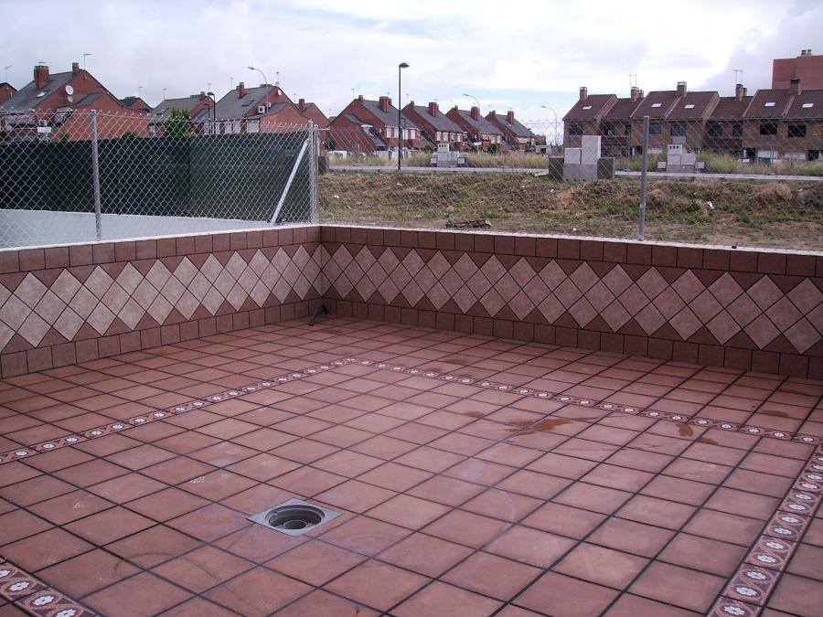 Foto patio con z calo de j m montes reformas integrales for Modelos de jardineras para patios
