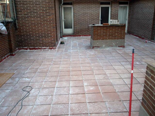 patio rústico sin terminar de rejuntar las baldosas
