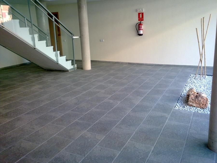 Foto pavimento cer mico de construcciones y reformas e for Piscina ramirez granada