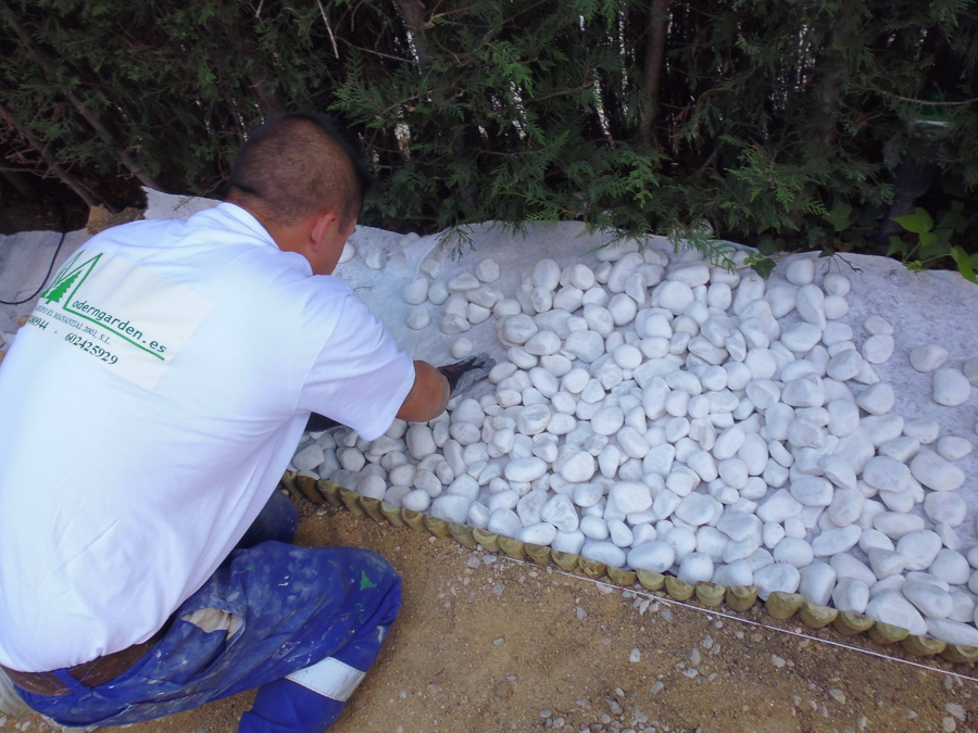Foto piedra de grava blanca seleccionada de moderngarden for Piedras redondas blancas para jardin