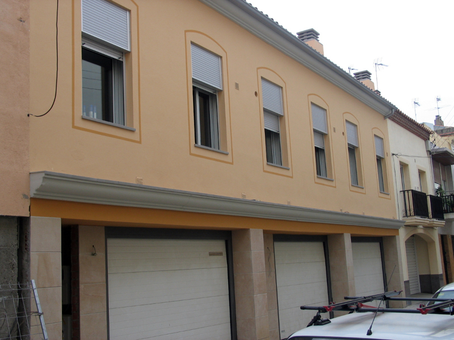 Foto pintado de una fachada de casas de obra nueva con - Pintado de fachadas ...