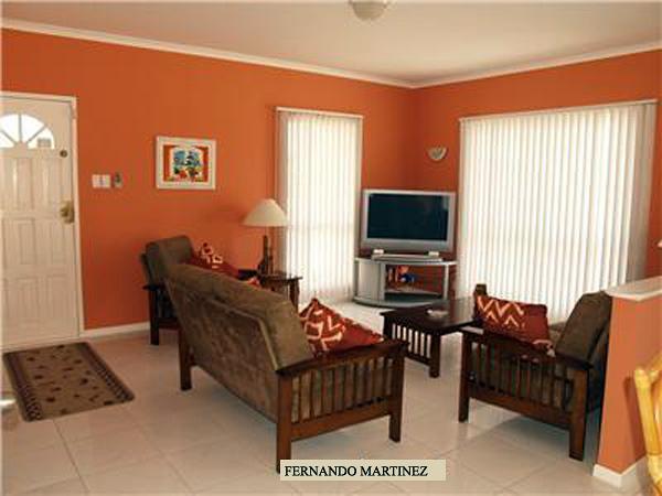 Foto pintura comedor anaranjado de pinturas fernando for Combinacion de colores para paredes interiores