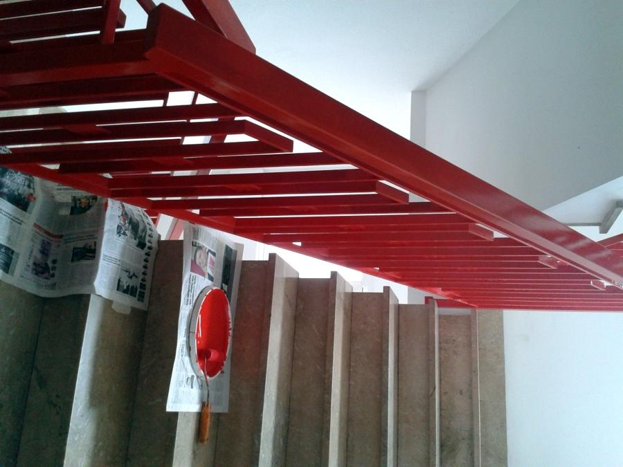 Pintura de barandilla de escalera interior.
