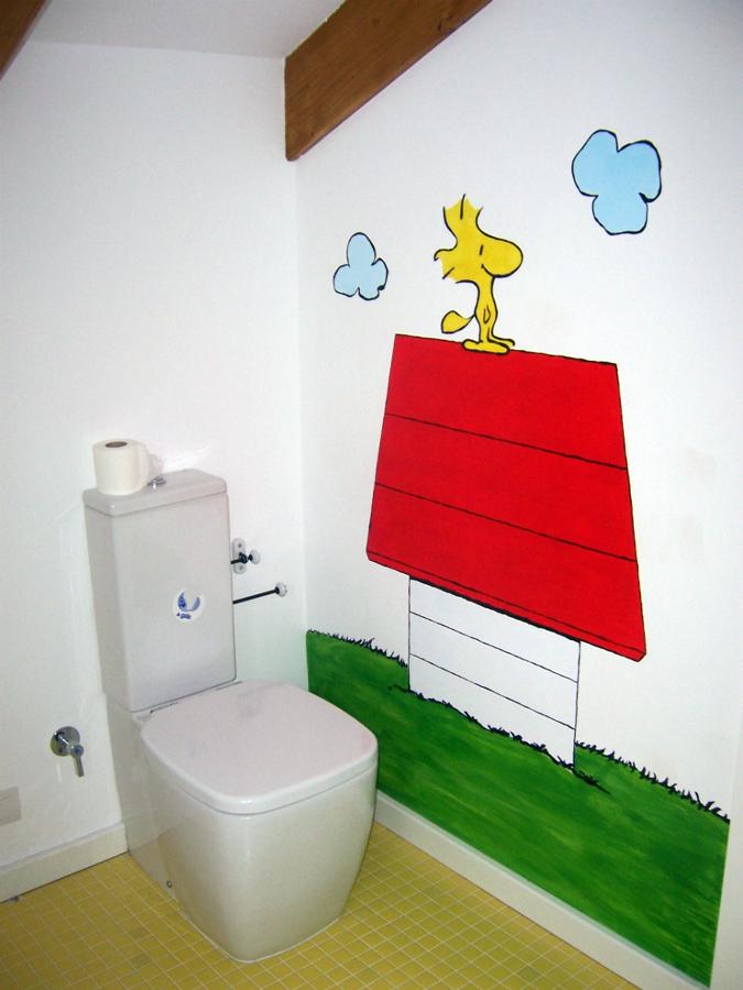 Pintura de dibujos en baño infantil