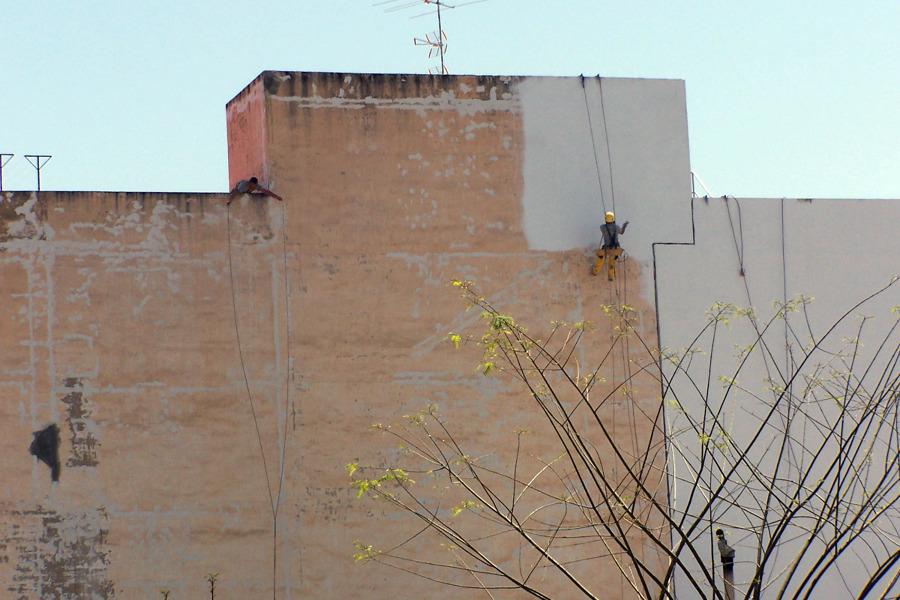 Pintura en la medianera del edificio con Airless
