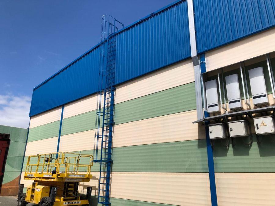 Pintura exterior nave industrial chapas y escalera azul