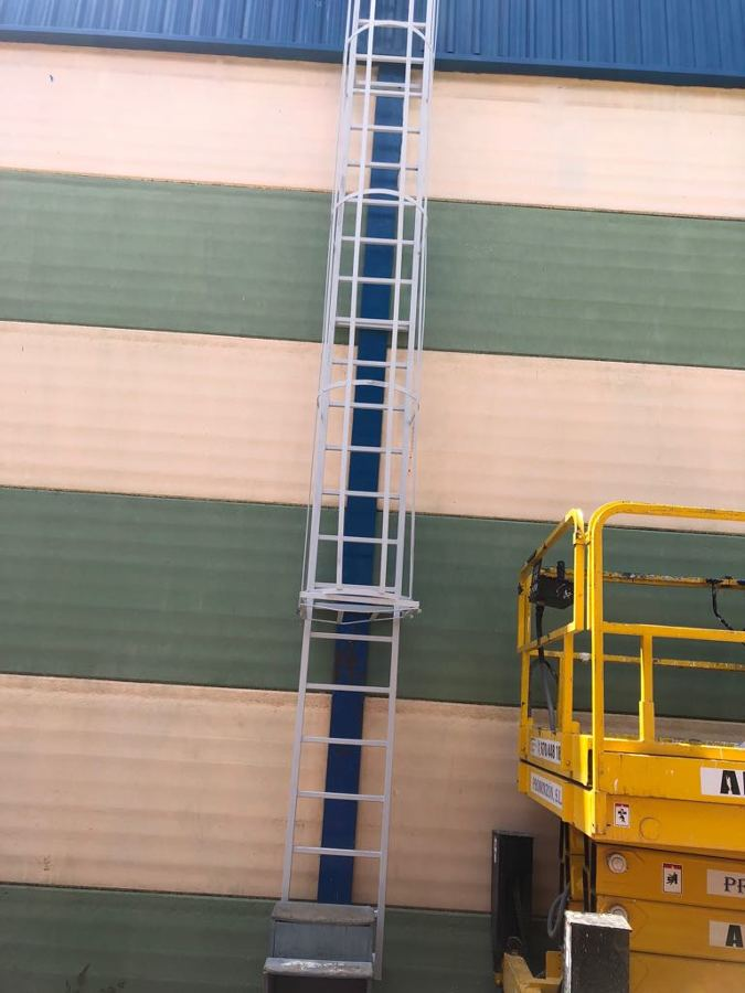 pintura exterior nave industrial escalera 2.JPG