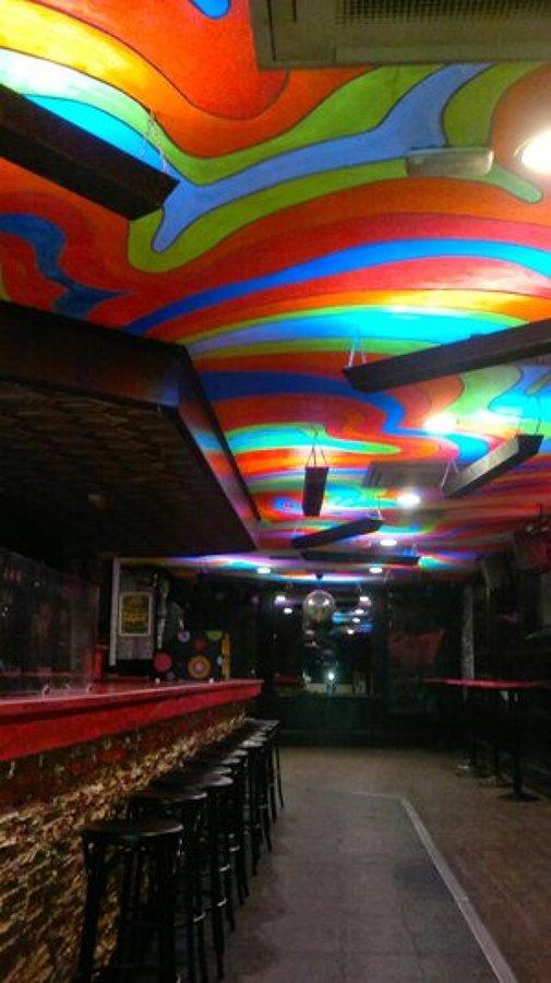 Pintura fluorescente sala de fiestas