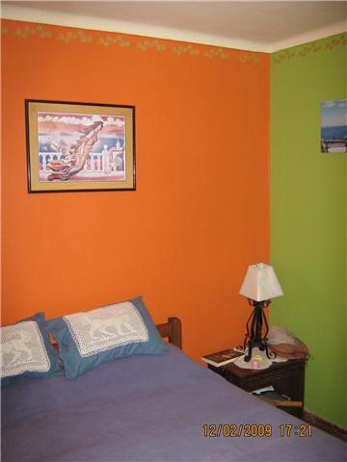 Foto pintura interior acabado bicolor dormitorio for Pintura de paredes interiores fotos