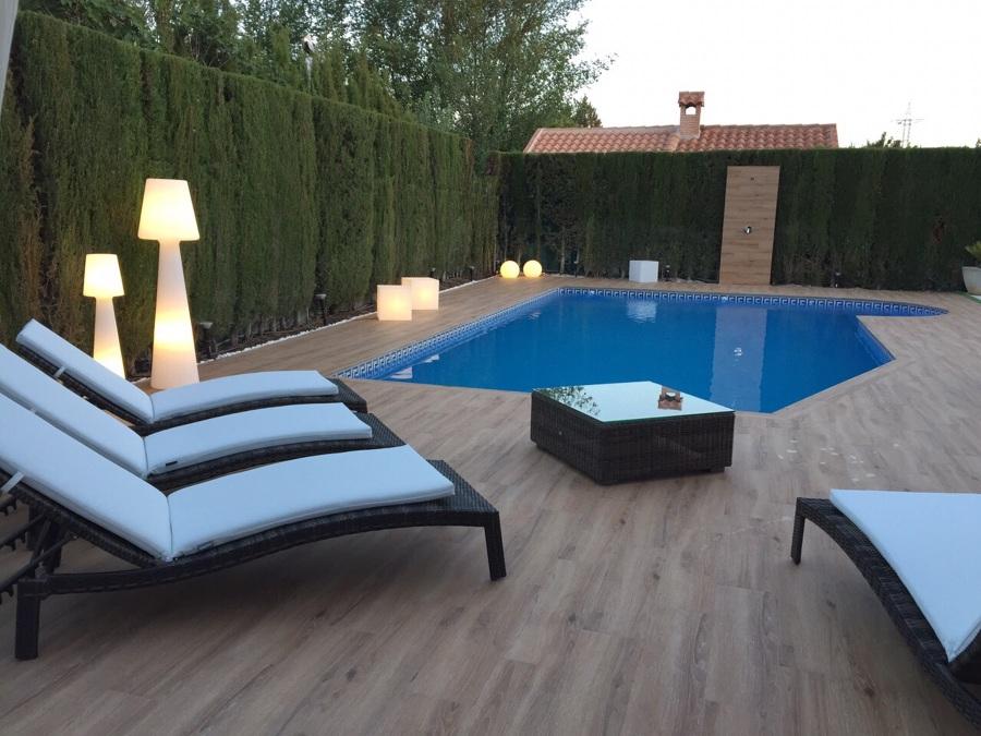Piscina y terraza.