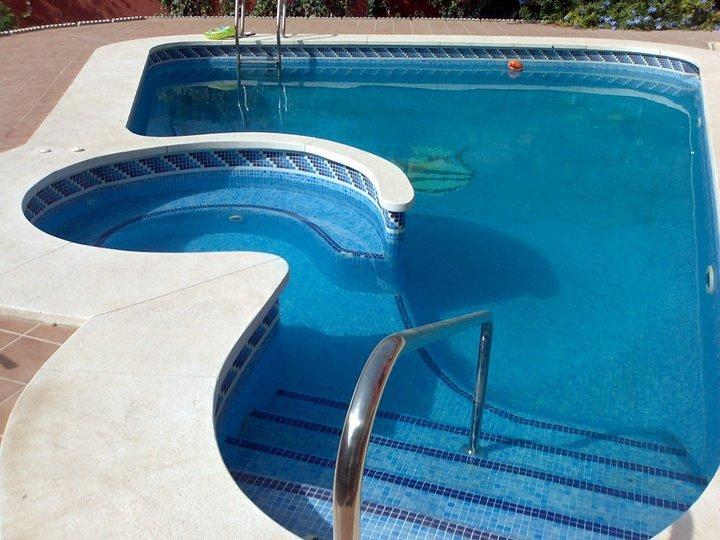 Foto piscina 7x3 m con medio punto y jacuzzi de piscinas - Piscina lepanto cordoba precios ...