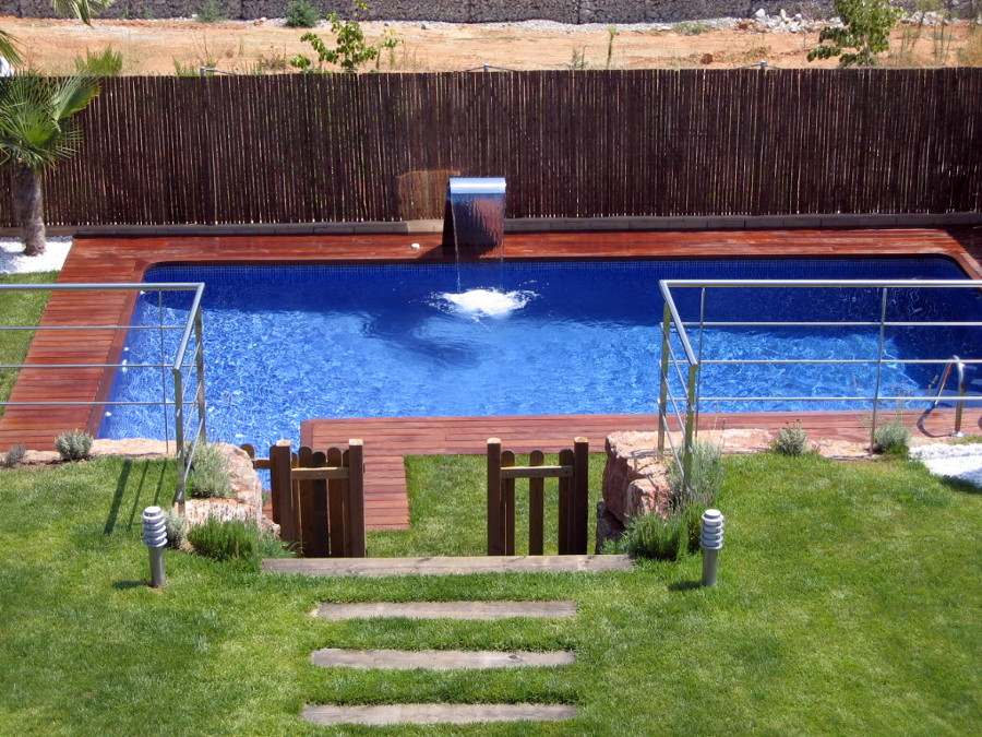 Foto piscina amb cascada de piscines munt 251106 for Piscinas estrechas y alargadas