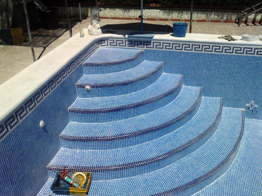 foto piscina azul niebla con foca y ecaleras romanas de