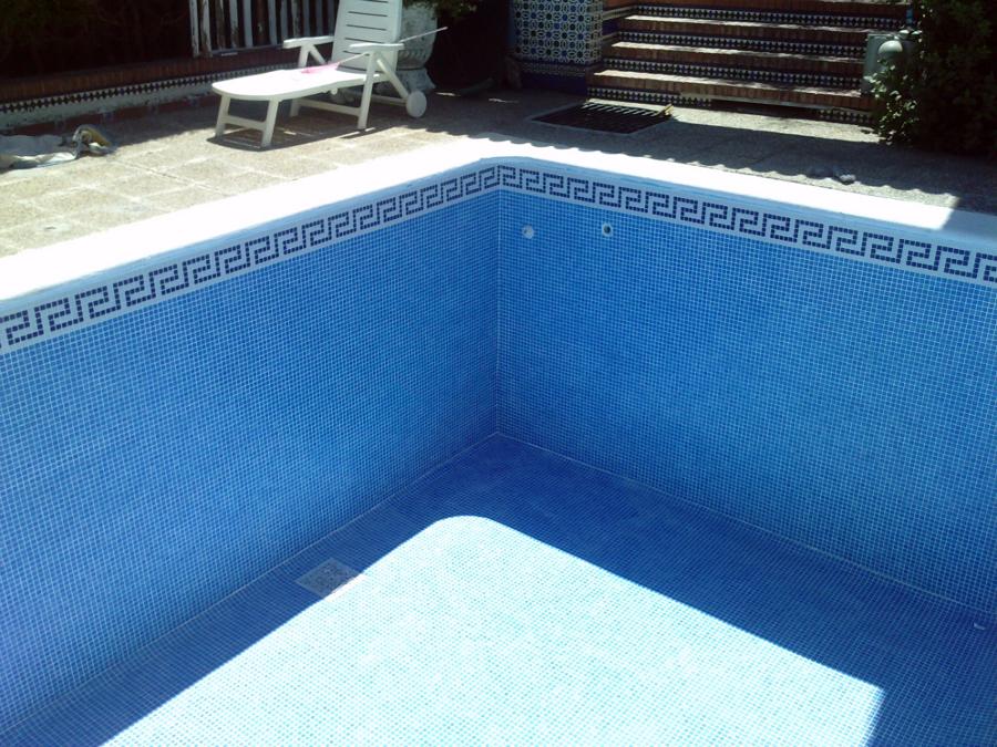 piscina azul niebla,con foca y ecaleras romanas