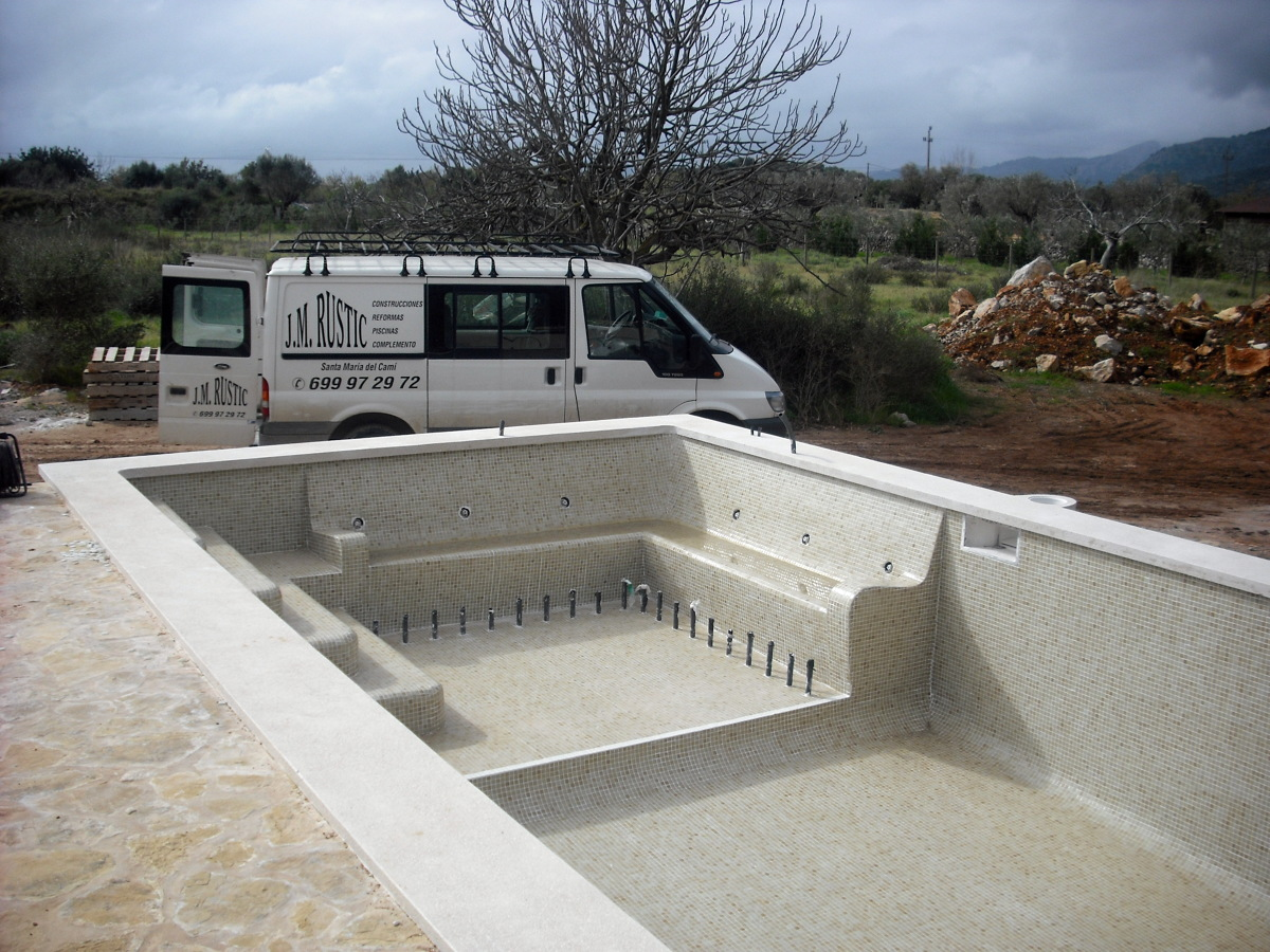 Foto piscina con banco de hidromasaje de construcciones y for Jm decoracion granada