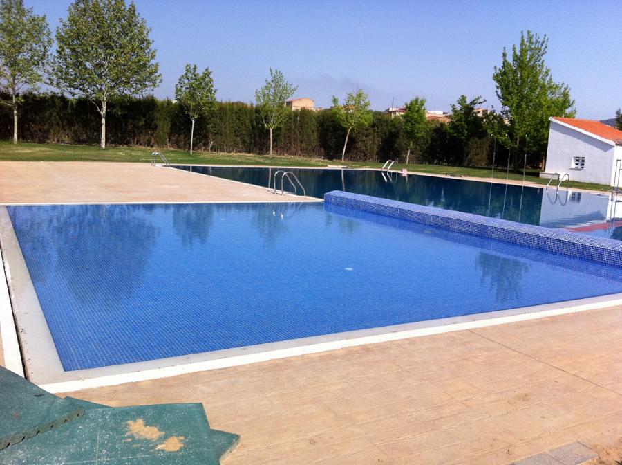 foto piscina con canal rebosadero de edap piscinas y
