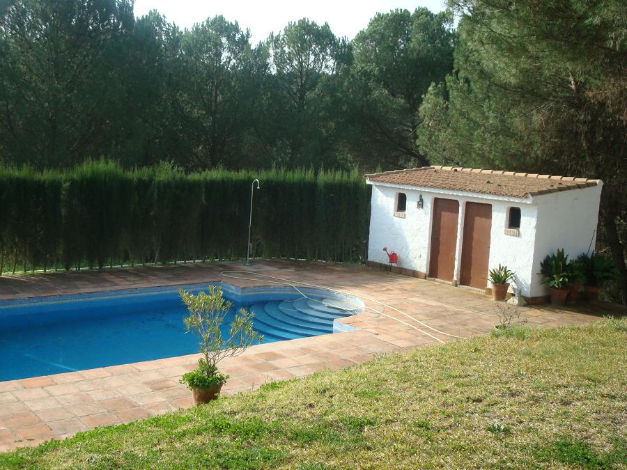 Foto piscina con cuarto de depuradoras y ba o de for Piscinas desmontables pequenas con depuradora