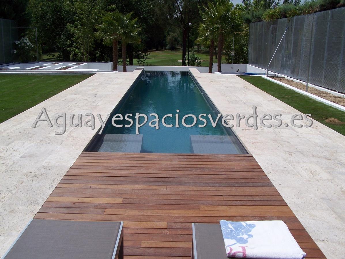 Foto piscina con desborde de aesver agua y espacios for Piscinas pequenas de obra