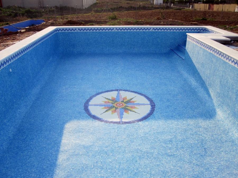 Foto piscina con dibujo rosa de los vientos de piscinas for Vinilos para piscinas