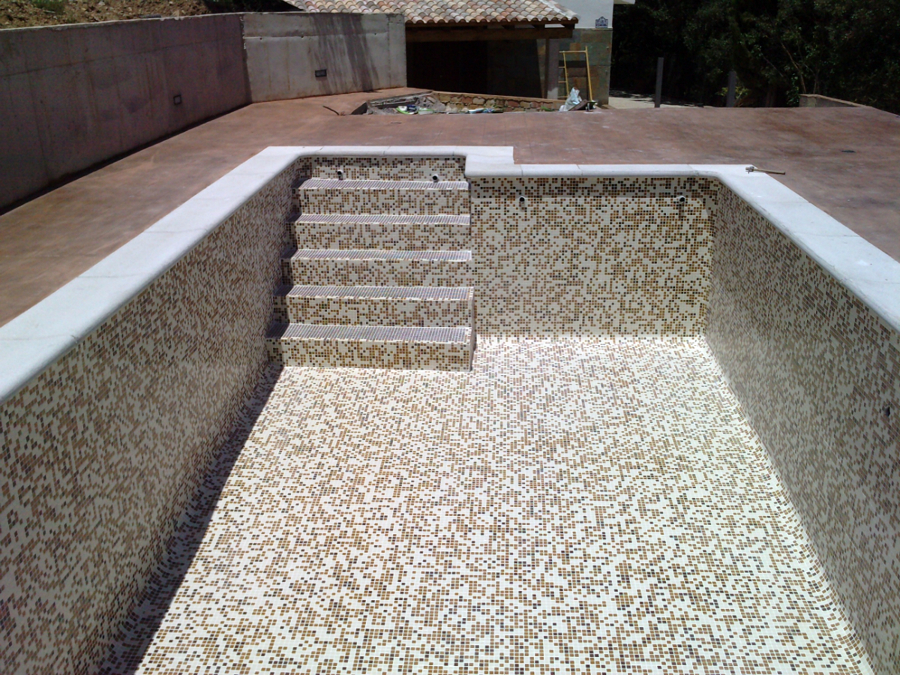 Foto piscina con gresite difuminado de piscinas el for Piscinas con gresite blanco