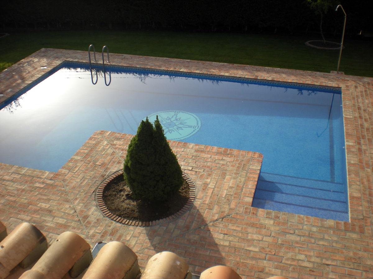 Foto piscina con ladrillo de piscinas alro sl 247023 for Solados para piscinas