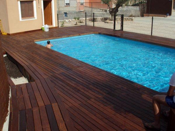 Foto piscina con terraza en tarina de i p de piscinas for Terrazas piscinas fotos