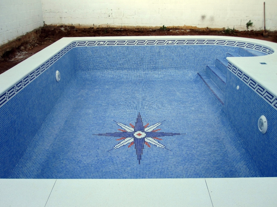 Foto piscina de 7 x 4 con escalera de obra de piscinas for Precio construccion piscina obra