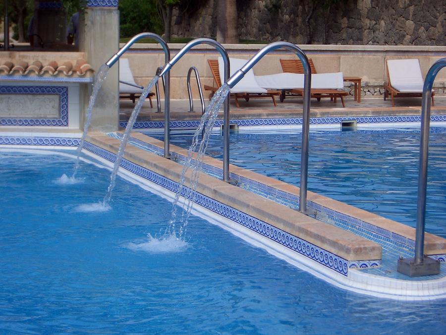 Foto piscina de chorros de presi n de construccio for Chorros para piscinas