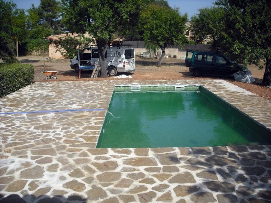 foto piscina de estilo rustico con losa de piedra de On piscinas de piedra